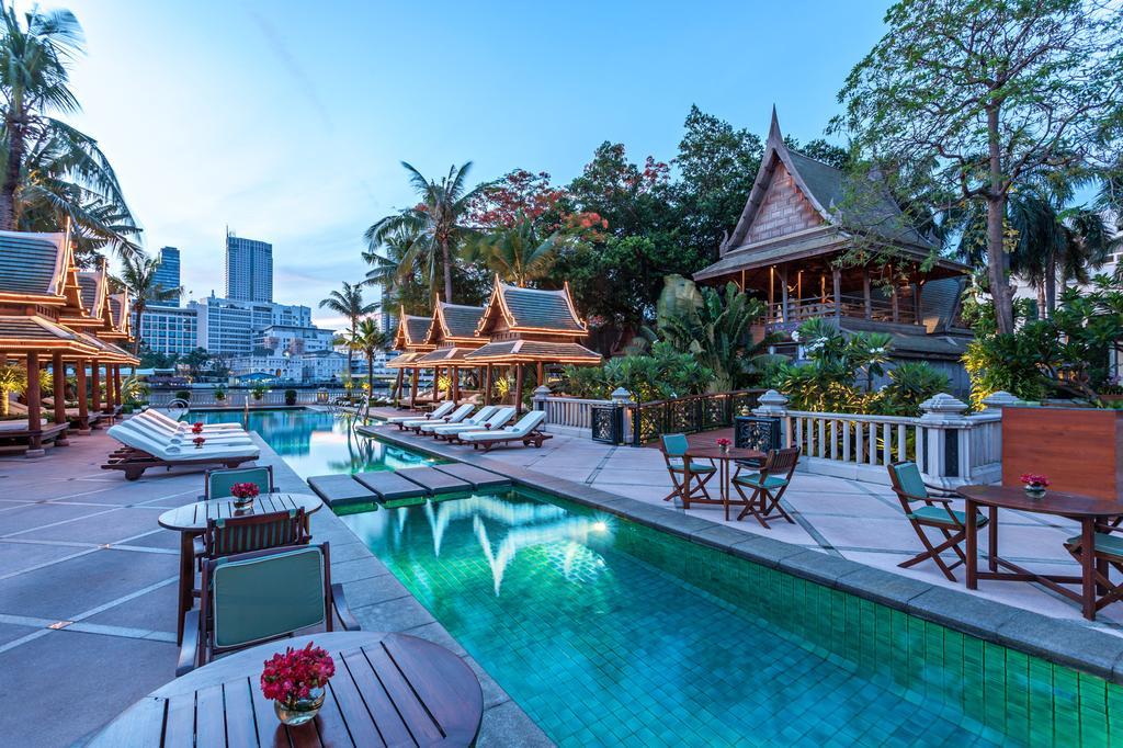 Zwembad van het Peninsula Bangkok hotel