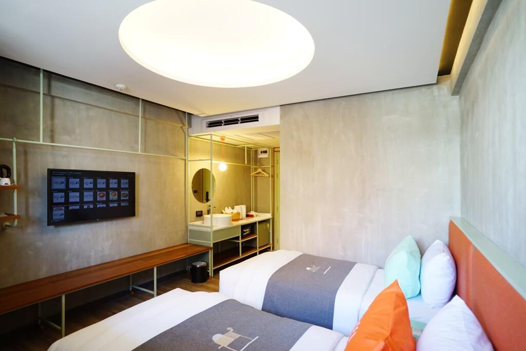 Interieur van een kamer in het Samsen hotel in Bangkok