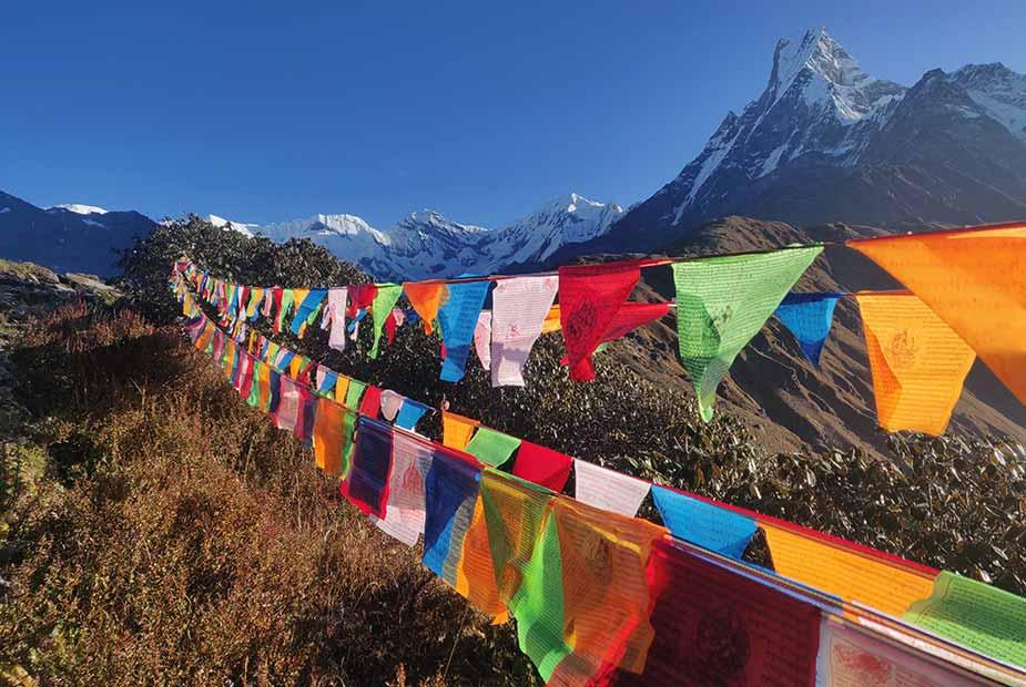typische vlaggen in Nepal met de bergen op de achtergrond