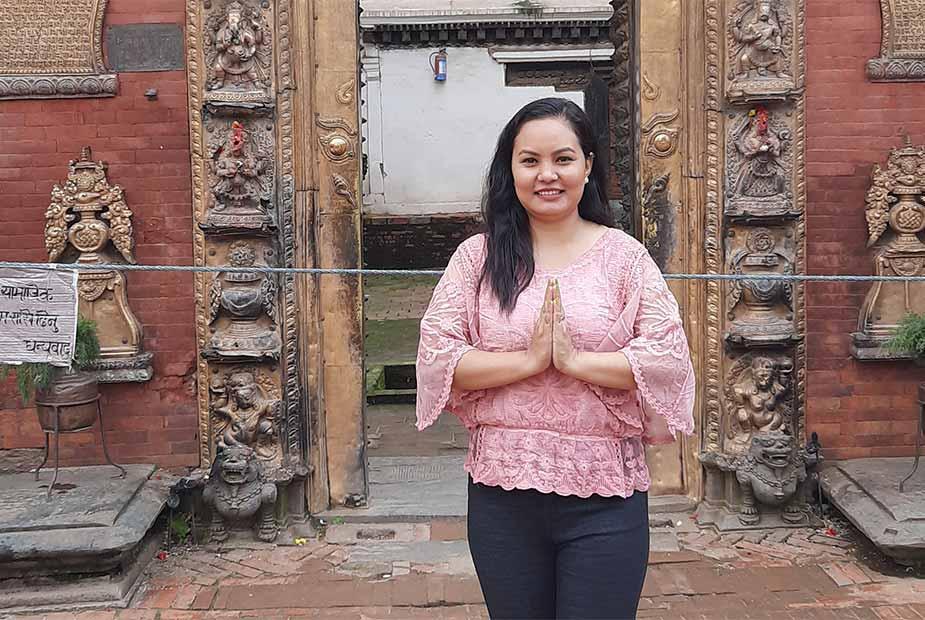 Nepalese dame voor een tempel