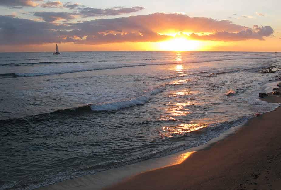 Vanaf het strand kun je deze zonsondergang zien bij Saint Gilles Les Bains