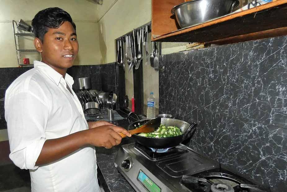 De kok in Nepal laat je zien hoe je een lekkere maaltijdmaakt