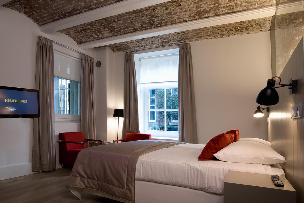 Deluxe slaapkamer in het Arresthuis in Roermond