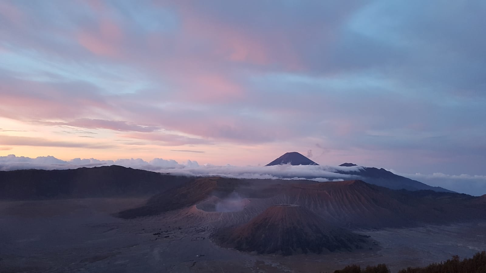 Zicht op de Bromo vulkaan bij zonsopgang
