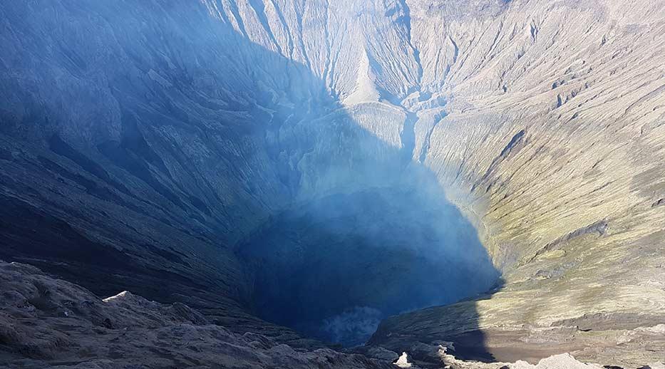 De dampende krater op Java