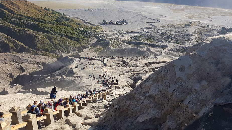 De trappen die je moet klimmen om bij de krater te komen