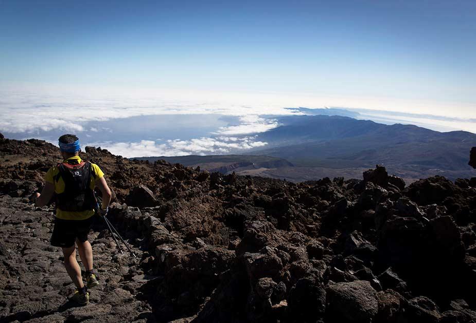 Hiker bij El Teide boven de wolken