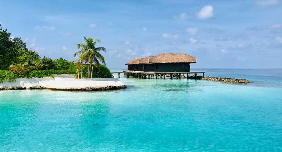 Kamers in huisjes in het water bij Jumeriah Vittaveli Malediven
