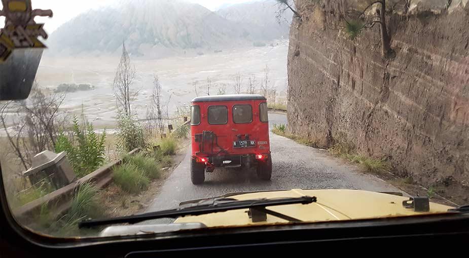Op weg met de jeep naar de krater bij de Bromo