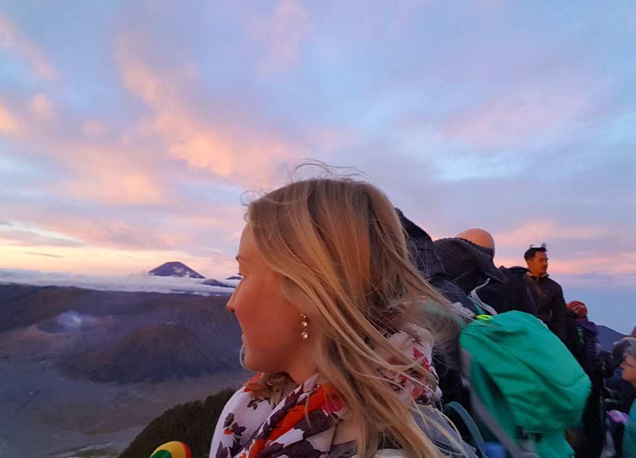 Manon geniet van het uitzicht bij de Bromo  vulkaan