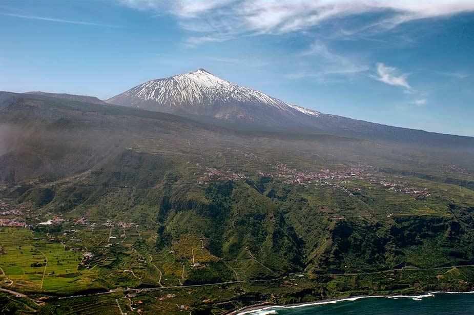 Zicht op de besneeuwde top van Pico El Teide