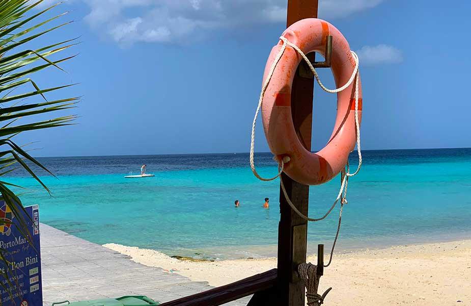 Uitzicht op zee van Porto Mari strand Curacao