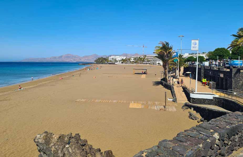 Stuk breed zandstrand bij Puerto del Carmen