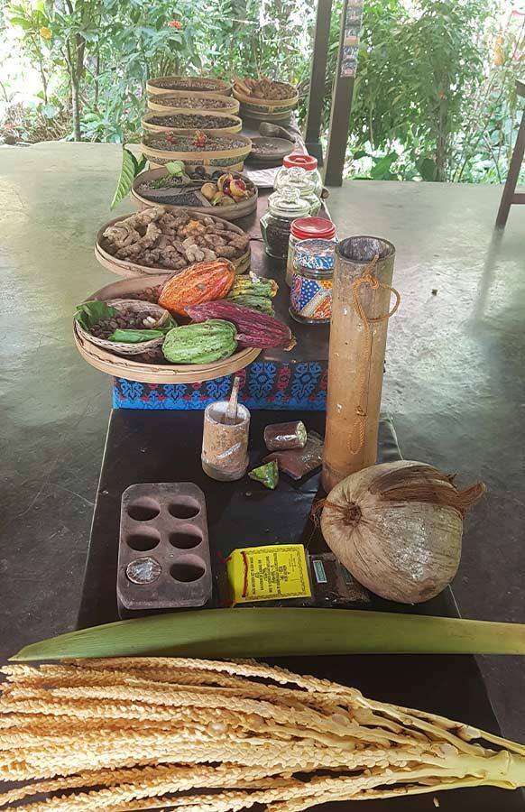 Een tafel vol met specerijen gekweekt op Java