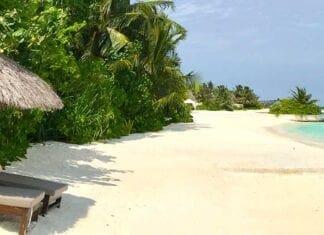Ligbedden op het strand van het resort op Bolifushi