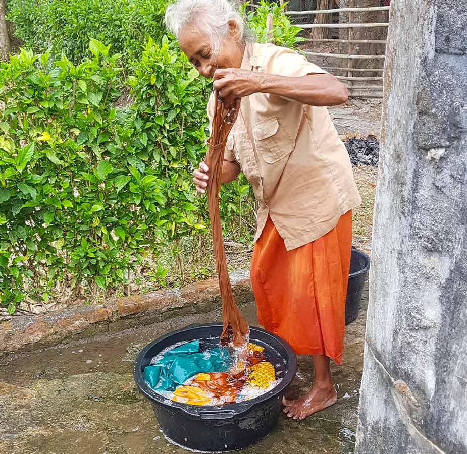 Vrouw die haar was doet in Kalibaru