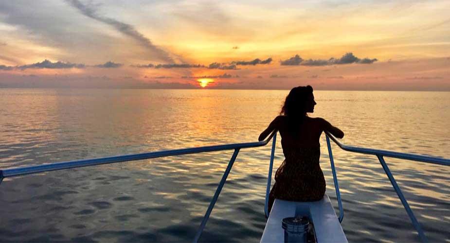 Yvette op een jacht bij zonsondergang