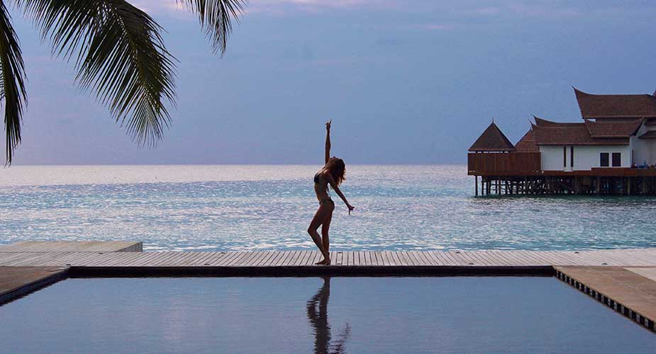 Yvette bij rand zwembad Jumeirah Vittaveli