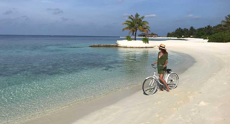 Yvette met fiets op strand Bolifushi