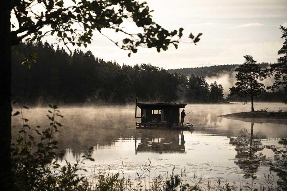 huisje op het water in de natuur in zweden