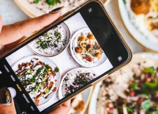 Bazaar Luxemburg Food Hotspots Vrouw telefoon eten