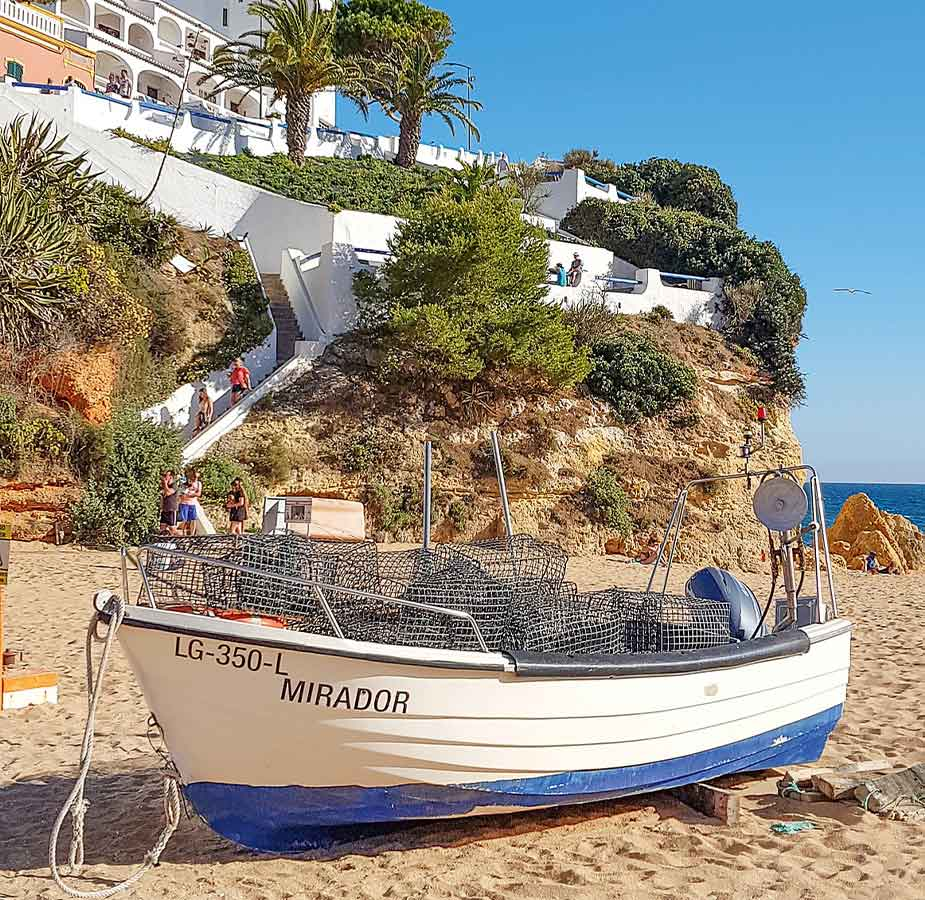 Vissersbootje op het strand van Carvoeiro aan de Algarve