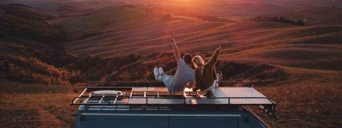 Erik en Lisa genietend van een zonsondergag