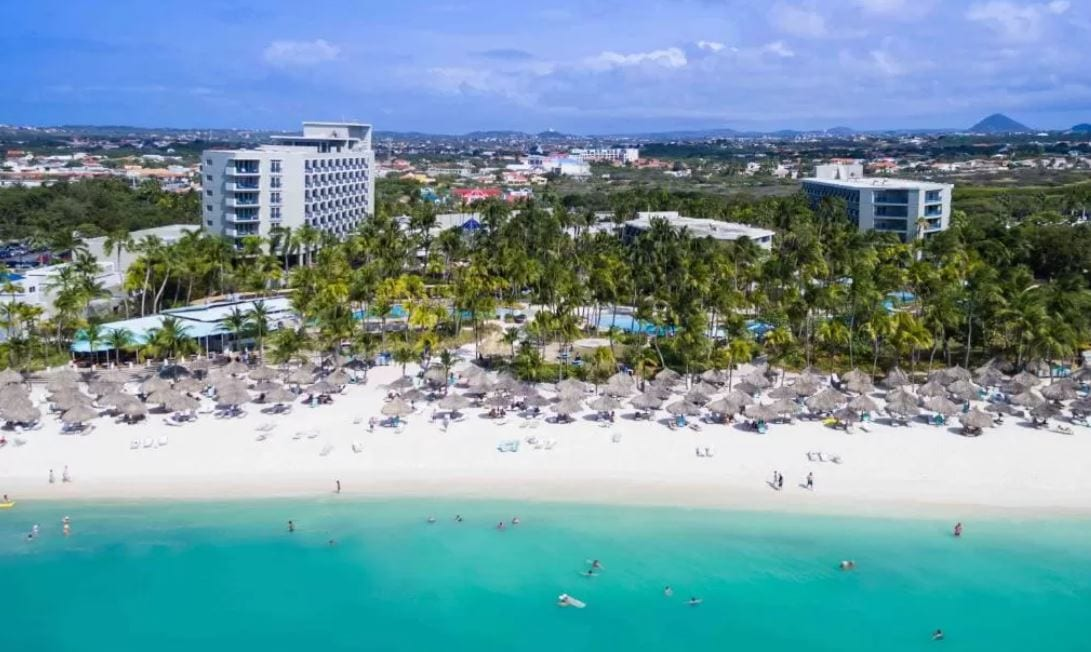 Strand voor het Hilton Aruba