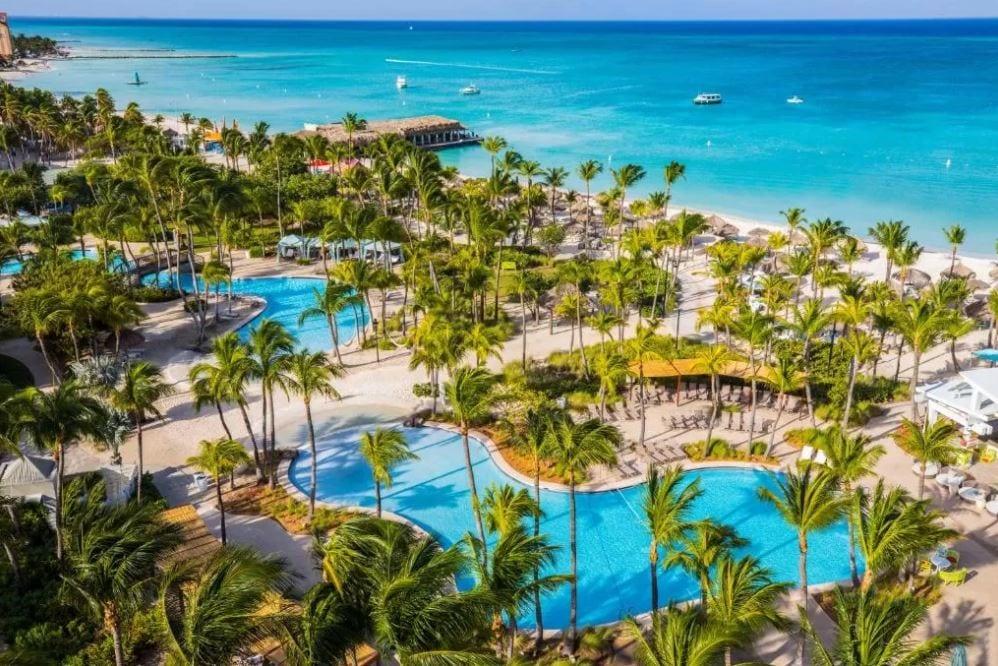 Tuin met zwembad van het Hilton hotel op Aruba