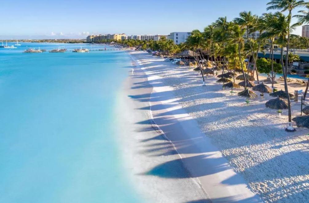 Strand voor het Holiday Inn hotel op Aruba