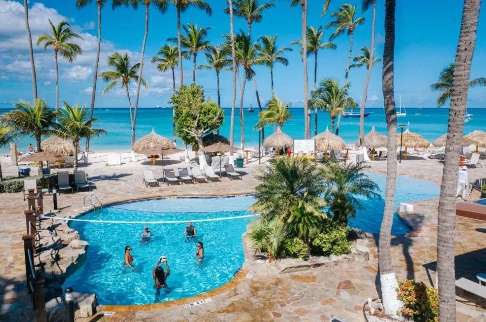 Tuin en zwembad van het Holiday Inn op Aruba