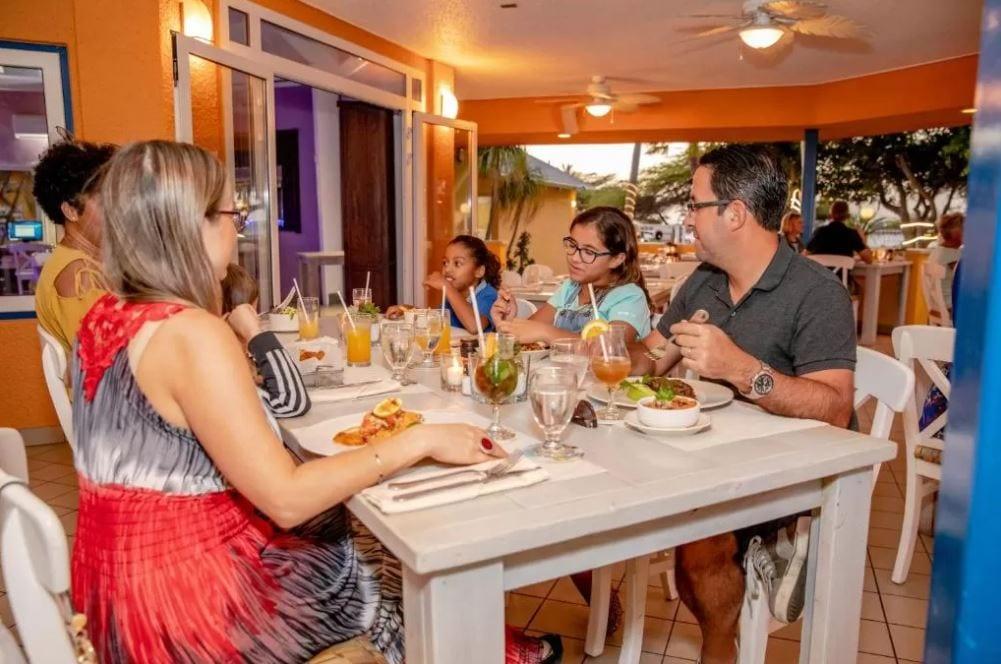Dineren in het restaurant van MVC in Aruba