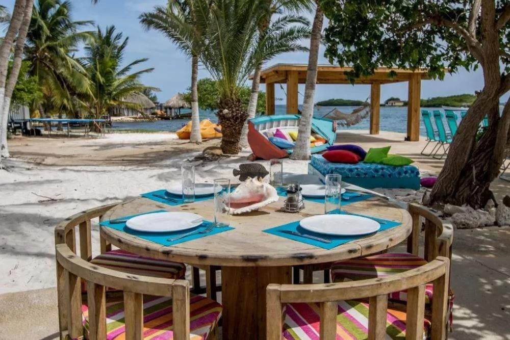 Terras buiten met tafel Serene by the Sea Aruba