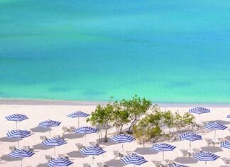 Strand met een blauwe kleur van de zee