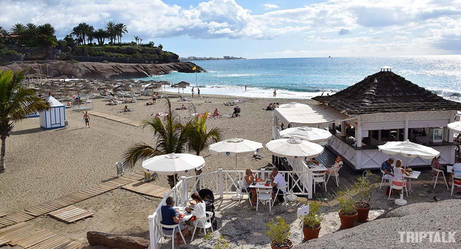 Beachbar op het strand van Playa del Duque in Tenerife