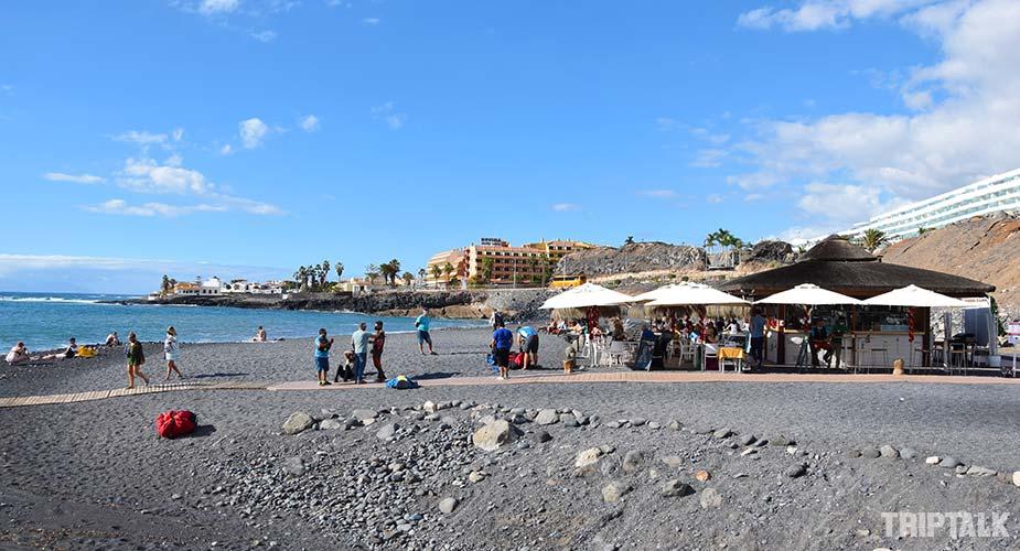 Beach bar restaurant met ligbedden bij strand Playa de la Enramada