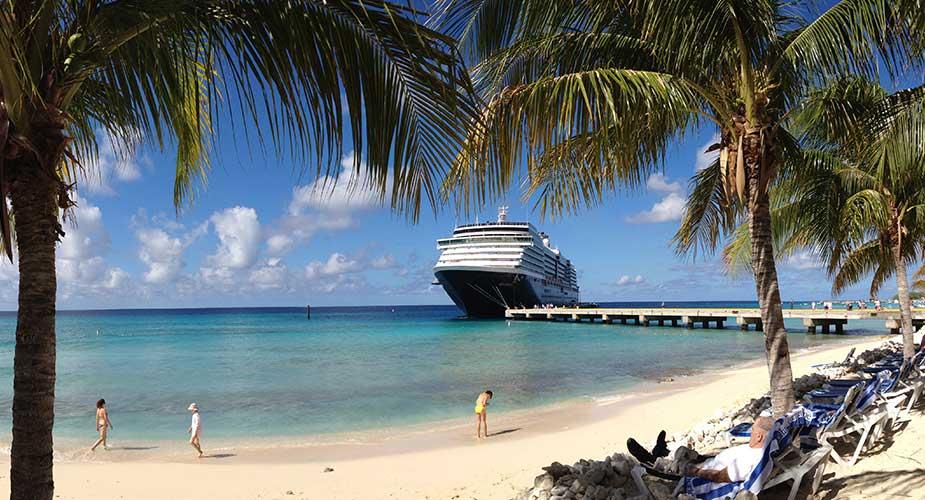 Tropisch strand met cruiseschip bij Grand Turk