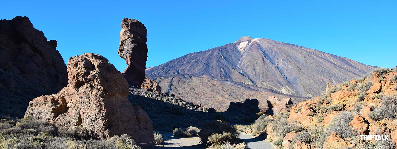 De Pico del Teide torent hoog boven het landschap uit