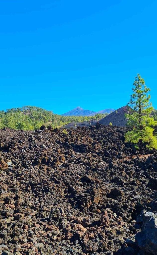 Hiken tussen vulkanisch landschap