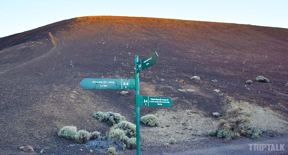 Bordjes met routes voor wandelen en hiken