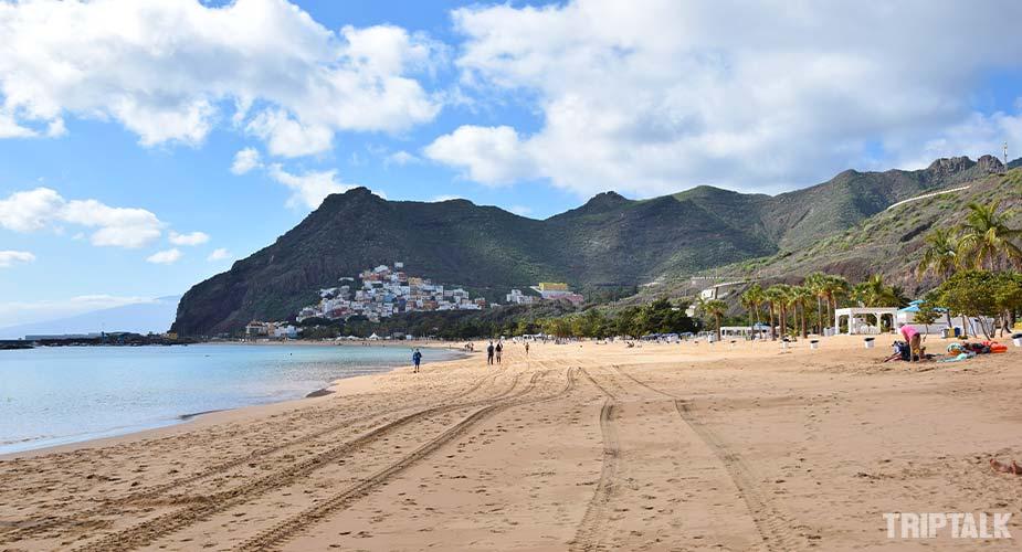 De zuidkant van het Playa de las Teresitas strand bij Santa Cruz