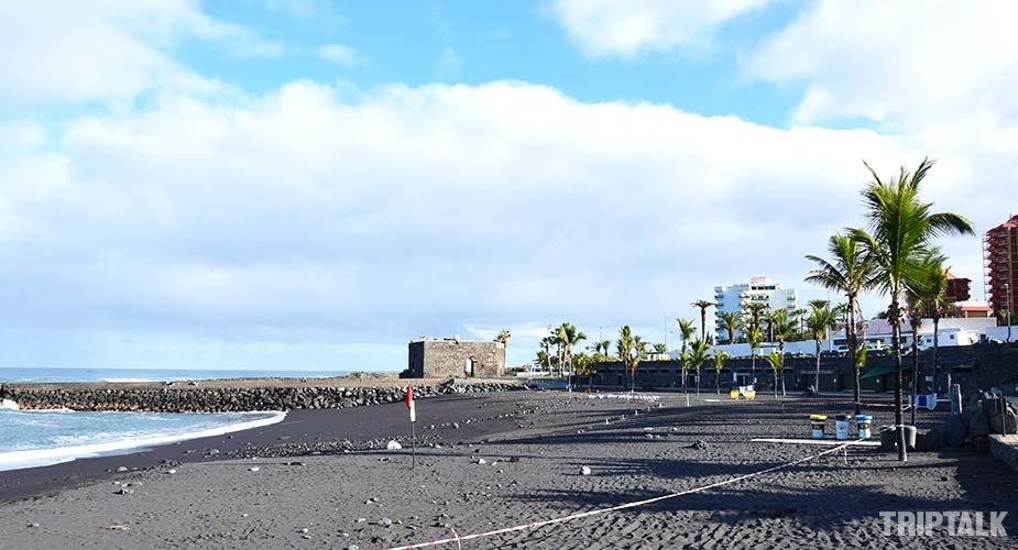 Het zwarte strand van Playa del Castillo bij Puerto de la Cruz