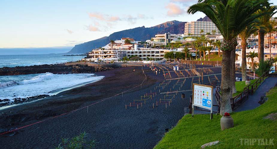 Zandstrand in het centrum van Puerto Santiago
