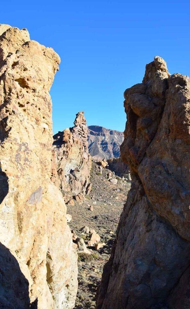 Tussen de rotsen uitzicht op de Teide