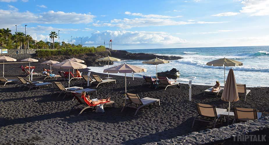 Strand met ligbedden bij Playa La Jaquiuta