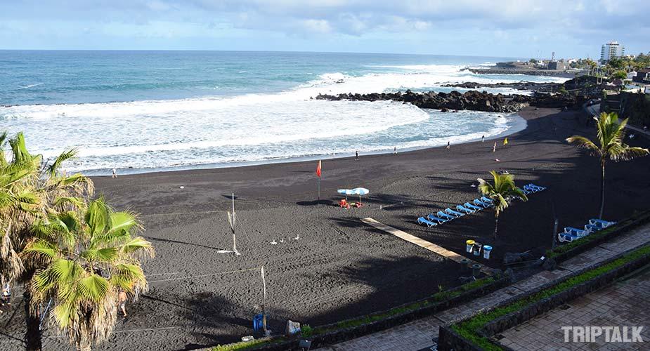 Het zwarte strand van Playa Maria Jimenez