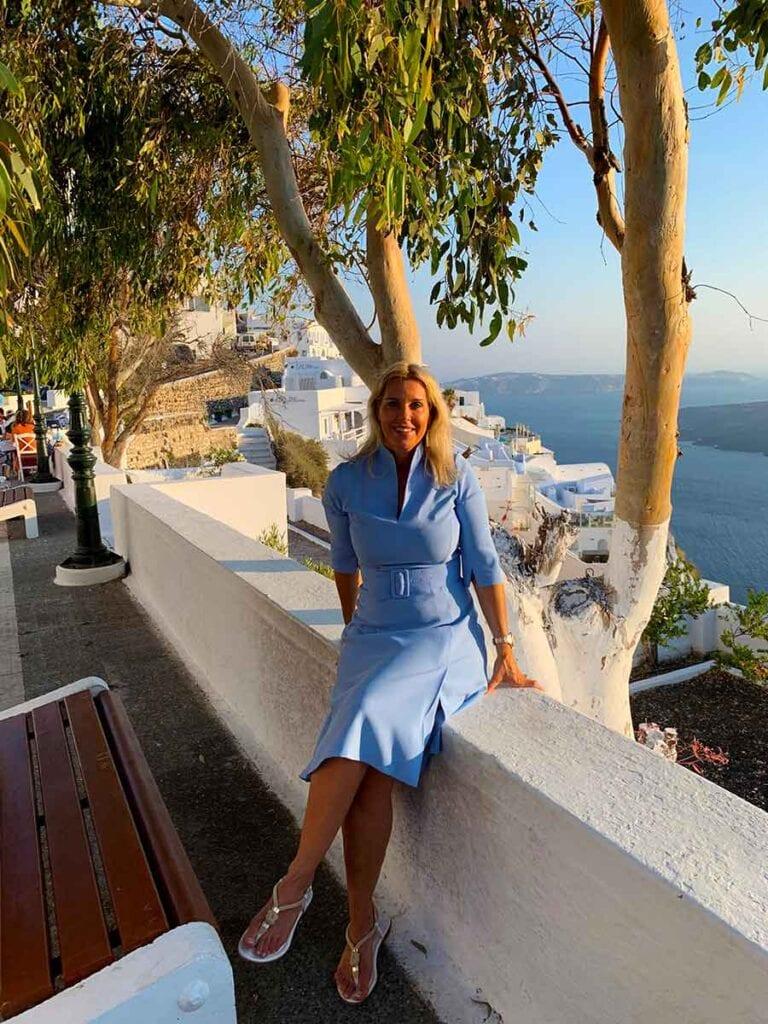 Angelique op muurtje in Griekenland