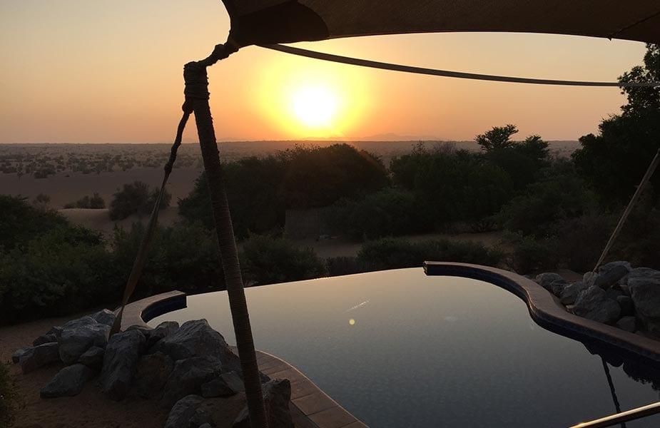 Pool met uitzicht op de woestijn Dubai bij zonsondergang