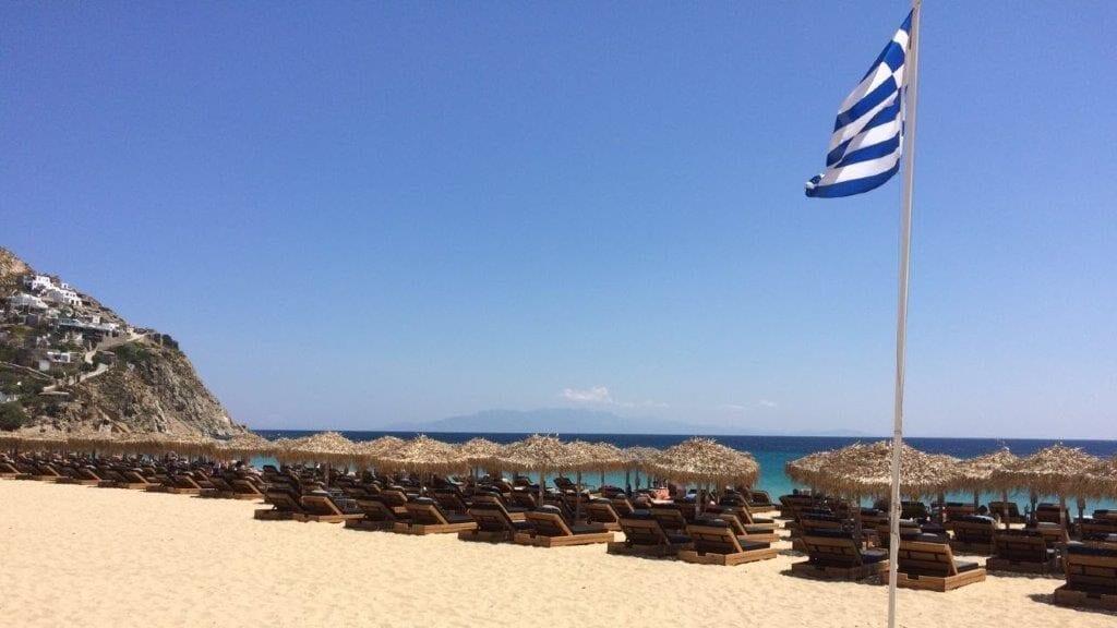 Strandbedjes op strand in Griekenland
