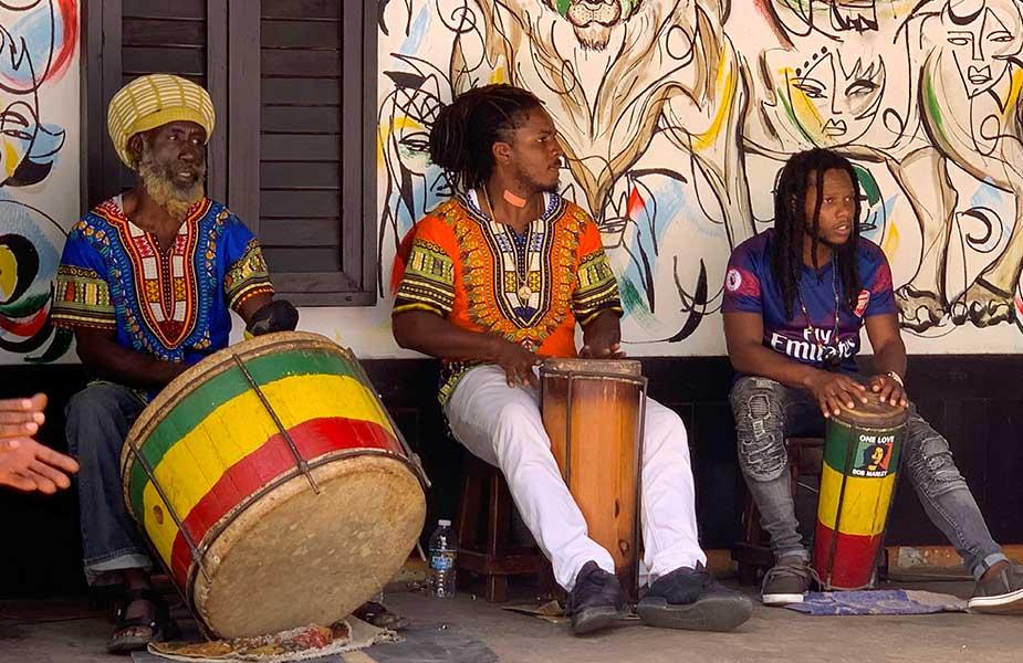 Muzikanten op straat in Jamaica